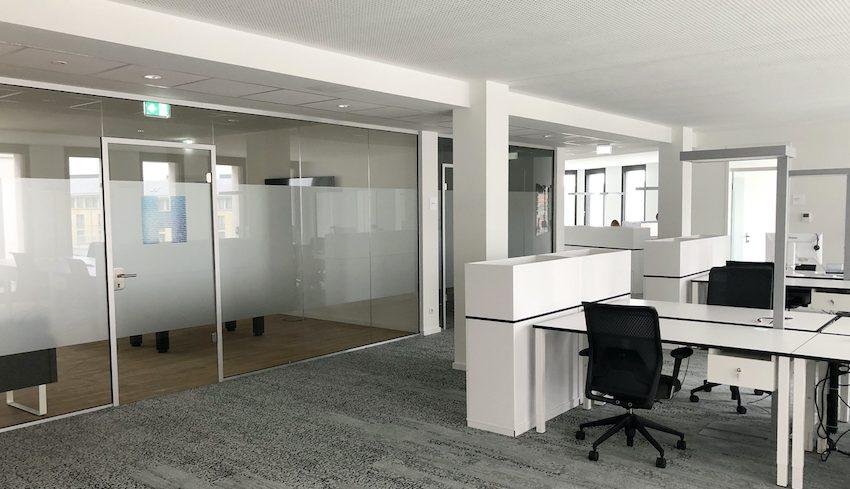 Open Space und Teamroom mit Glas Trennwänden