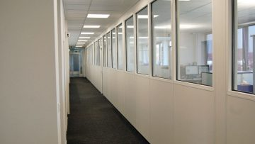 Systemwände mit Schiebefenster